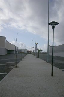 Parking entre Garonne et magasin. Lampadères.